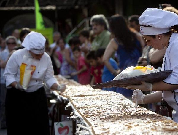 阿根廷人制作传统美食